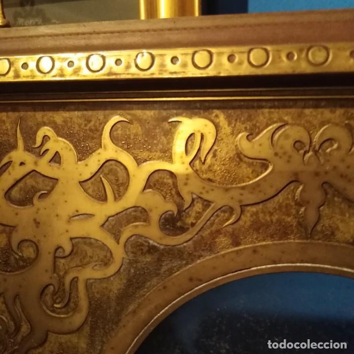 Antigüedades: Antiguo portafotos francés de bronce dorado al mercurio y madera del siglo xix - Foto 2 - 221980821