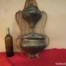 Antigüedades: BENDITERA O AGUAMANIL ANTIGUO EN MADERA , GRIFO DE BRONCE Y METAL.FUENTE CON TAPA, BASE BENDITERA. Lote 221987121