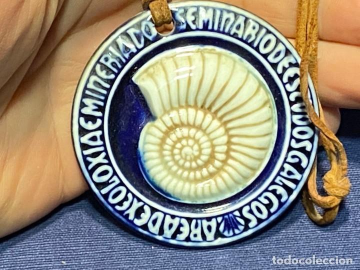 SEMINARIO ESTUDIOS GALEGOS GALICIA SARGADELOS MEDALLON PORCELANA MINERIA GEOLOGIA 1984 65MM (Antigüedades - Porcelanas y Cerámicas - Sargadelos)