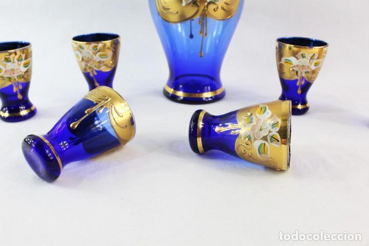 Antigüedades: Juego de licorera y vasos en cristal de Bohemia decorado en relieves florales pintados. - Foto 2 - 221999307