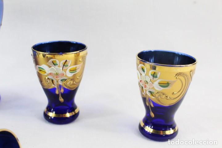 Antigüedades: Juego de licorera y vasos en cristal de Bohemia decorado en relieves florales pintados. - Foto 3 - 221999307