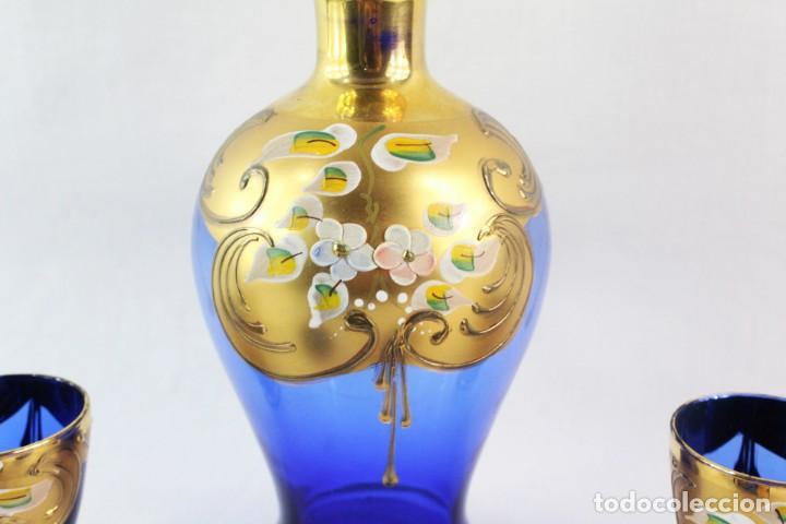 Antigüedades: Juego de licorera y vasos en cristal de Bohemia decorado en relieves florales pintados. - Foto 4 - 221999307