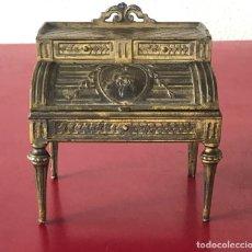 Antigüedades: ELEGANTE JOYERO DE CALAMINA DORADA EN FORMA DE ESCRITORIO. PRINCIPIOS DEL S.XX. DEPOSE PARIS.. Lote 222003623