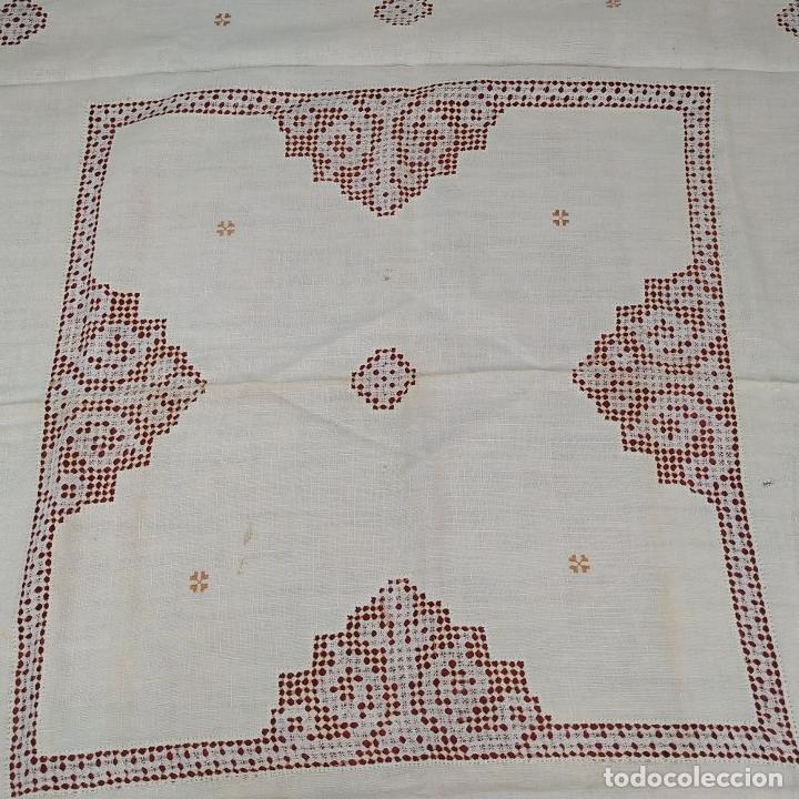 Antigüedades: 3 TAPETES - MANTELES. EN ENCAJE DE LAGARTERA. LINO. BORDADO A MANO. ESPAÑA. CIRCA 1950 - Foto 8 - 222005322