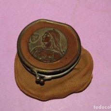 Antigüedades: ANTIGUO MONEDERO EN FINÍSIMA PIEL DE GRAN CALIDAD CON MEDALLA DE JUANA DE ARCO EN BRONCE. Lote 222013091