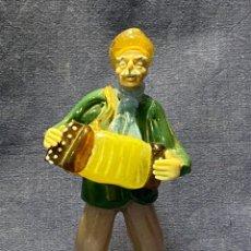Antigüedades: FIGURA MUSICO ACORDEONISTA ACORDEON VIDRIO CENTROEUROPA CHECOSLOVAQUIA AÑOS 70 80 18X9X8CMS. Lote 222017495