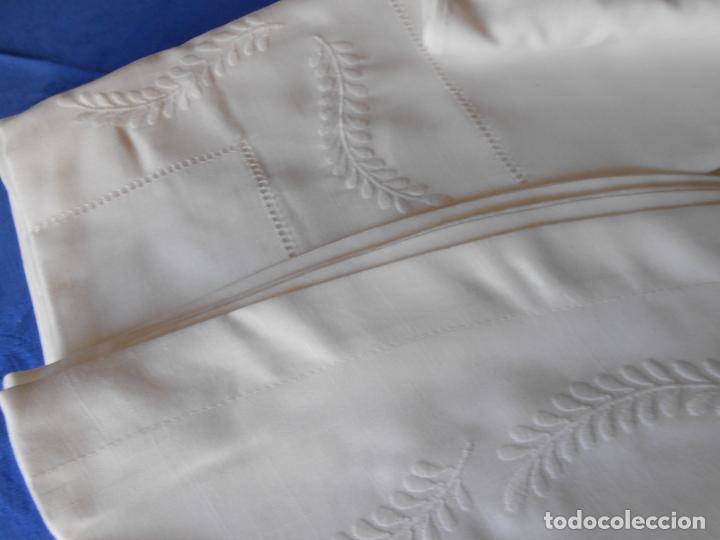 Antigüedades: Preciosa manteleria beige claro 180 cm Redonda cm.6 Servilletas.Bordados hojas y vainicas.Nuevo - Foto 2 - 222032616