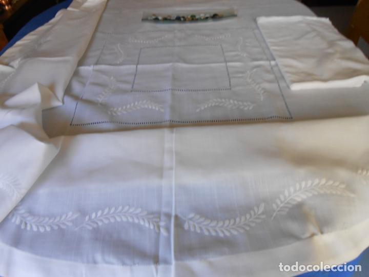 Antigüedades: Preciosa manteleria beige claro 180 cm Redonda cm.6 Servilletas.Bordados hojas y vainicas.Nuevo - Foto 3 - 222032616