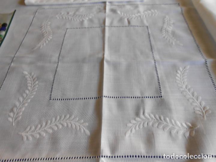 Antigüedades: Preciosa manteleria beige claro 180 cm Redonda cm.6 Servilletas.Bordados hojas y vainicas.Nuevo - Foto 4 - 222032616