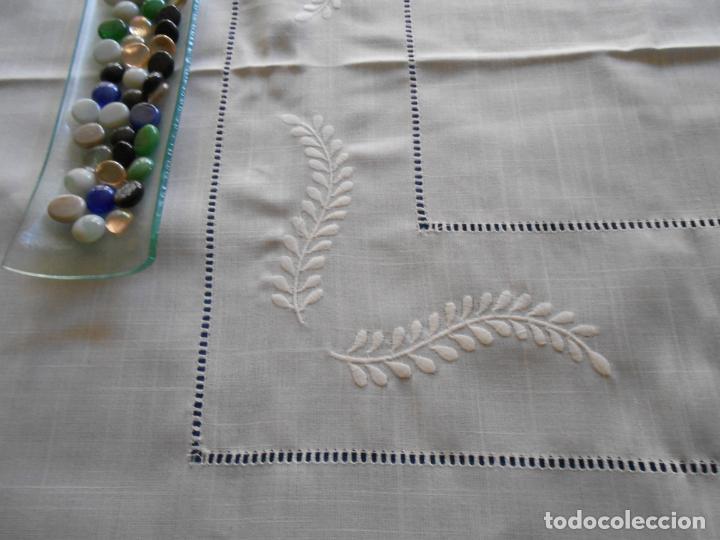 Antigüedades: Preciosa manteleria beige claro 180 cm Redonda cm.6 Servilletas.Bordados hojas y vainicas.Nuevo - Foto 5 - 222032616