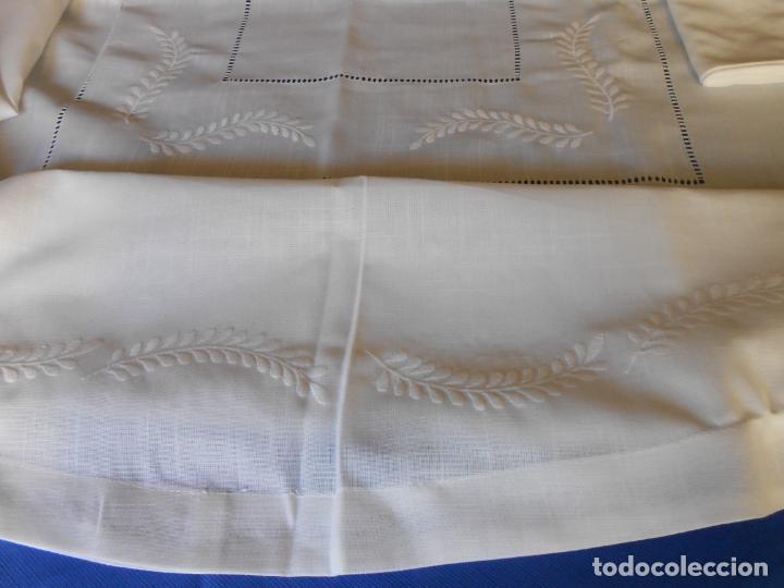 Antigüedades: Preciosa manteleria beige claro 180 cm Redonda cm.6 Servilletas.Bordados hojas y vainicas.Nuevo - Foto 6 - 222032616