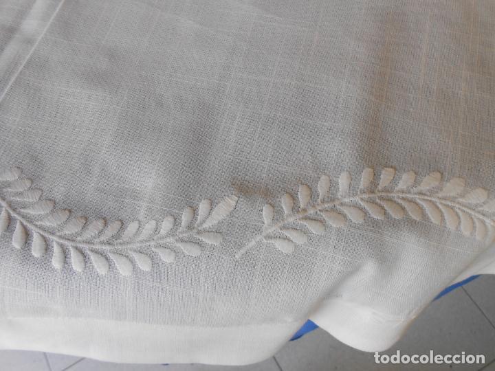 Antigüedades: Preciosa manteleria beige claro 180 cm Redonda cm.6 Servilletas.Bordados hojas y vainicas.Nuevo - Foto 7 - 222032616