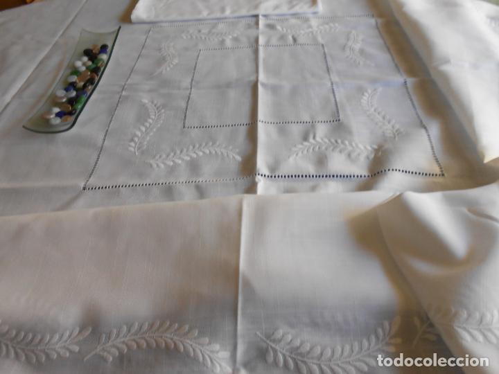 Antigüedades: Preciosa manteleria beige claro 180 cm Redonda cm.6 Servilletas.Bordados hojas y vainicas.Nuevo - Foto 8 - 222032616