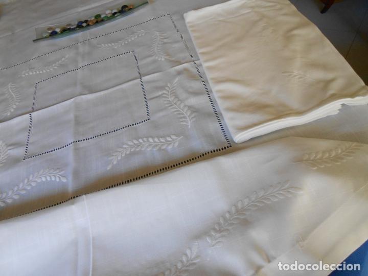Antigüedades: Preciosa manteleria beige claro 180 cm Redonda cm.6 Servilletas.Bordados hojas y vainicas.Nuevo - Foto 9 - 222032616
