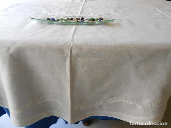Antigüedades: Preciosa manteleria beige claro 180 cm Redonda cm.6 Servilletas.Bordados hojas y vainicas.Nuevo - Foto 10 - 222032616