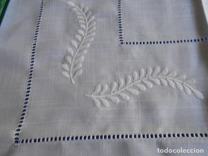 Antigüedades: Preciosa manteleria beige claro 180 cm Redonda cm.6 Servilletas.Bordados hojas y vainicas.Nuevo - Foto 11 - 222032616