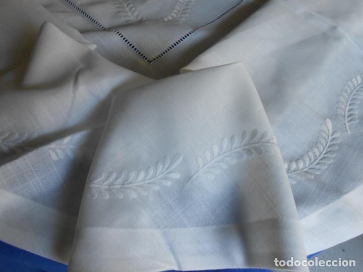 Antigüedades: Preciosa manteleria beige claro 180 cm Redonda cm.6 Servilletas.Bordados hojas y vainicas.Nuevo - Foto 12 - 222032616