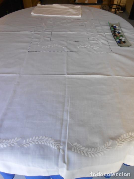 Antigüedades: Preciosa manteleria beige claro 180 cm Redonda cm.6 Servilletas.Bordados hojas y vainicas.Nuevo - Foto 13 - 222032616