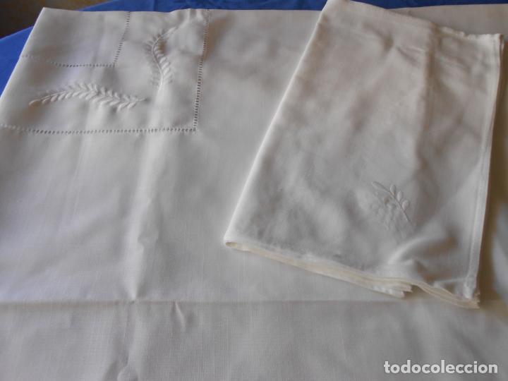 Antigüedades: Preciosa manteleria beige claro 180 cm Redonda cm.6 Servilletas.Bordados hojas y vainicas.Nuevo - Foto 15 - 222032616