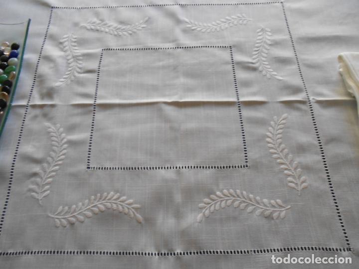 Antigüedades: Preciosa manteleria beige claro 180 cm Redonda cm.6 Servilletas.Bordados hojas y vainicas.Nuevo - Foto 19 - 222032616