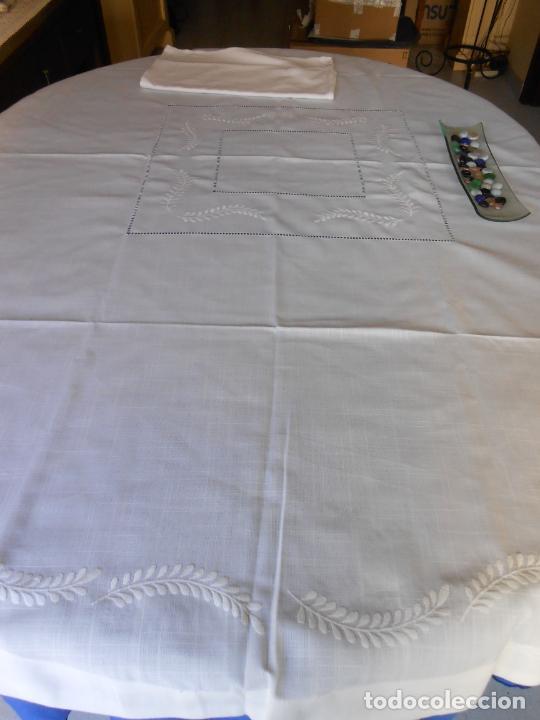 Antigüedades: Preciosa manteleria beige claro 180 cm Redonda cm.6 Servilletas.Bordados hojas y vainicas.Nuevo - Foto 20 - 222032616