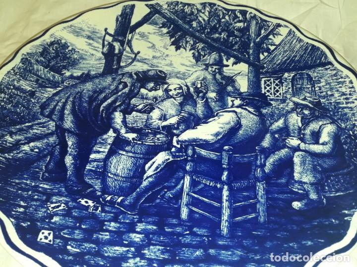 Antigüedades: Magnifico plato porcelana Boch Fréres Delts Holland bellos motivos Taberna color cobalto azul 29cm - Foto 4 - 222035220