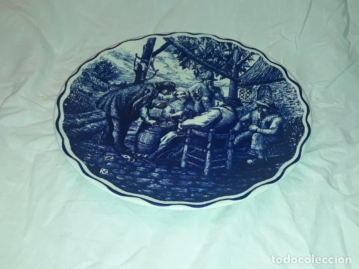 Antigüedades: Magnifico plato porcelana Boch Fréres Delts Holland bellos motivos Taberna color cobalto azul 29cm - Foto 5 - 222035220