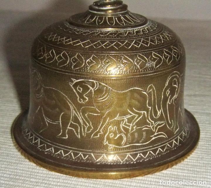 Antigüedades: ANTIGUA CAMPANA DE BRONCE DE LA INDIA CON DOS FIGURAS - Foto 7 - 222065236