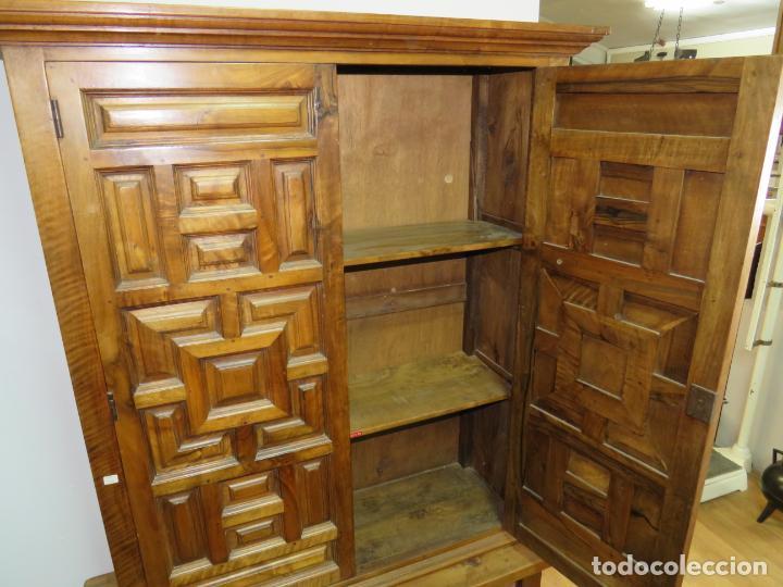 Antigüedades: MESA Y ARMARIO ARTESONADO PURO DE NOGAL - Foto 8 - 222071513