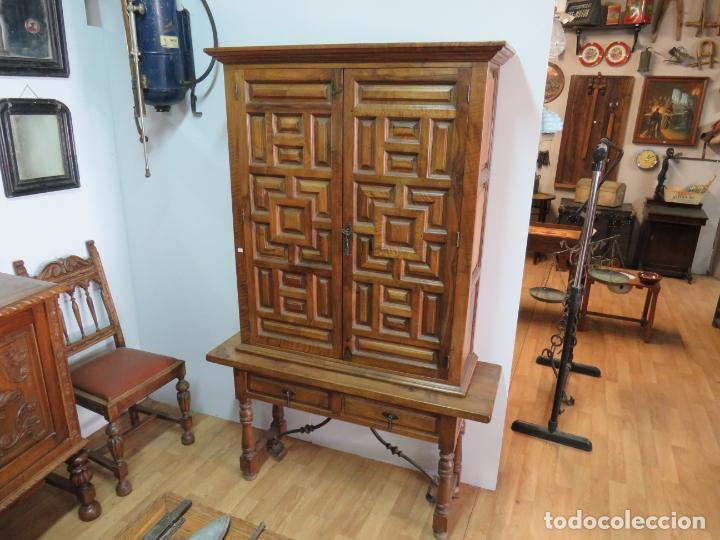 MESA Y ARMARIO ARTESONADO PURO DE NOGAL (Antigüedades - Muebles Antiguos - Armarios Antiguos)