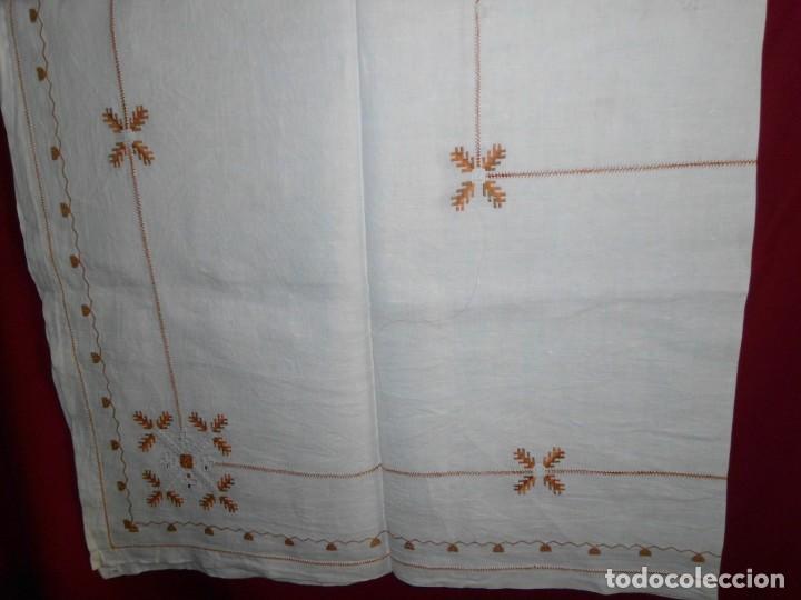 MANTÉL DE ALGODÓN BORDADO A MANO (Antigüedades - Hogar y Decoración - Manteles Antiguos)