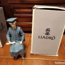 Antigüedades: MAGNÍFICA FIGURA DE PORCELANA DE LLADRÓ EL GRADUADO. CAJA ORIGINAL. FRANCISCO CATALÁ. 27 CM.. Lote 222084135