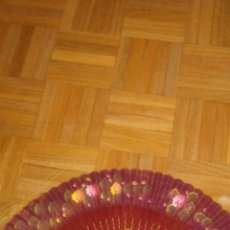 Antigüedades: ABANICO DE MADERA ESMALTADO Y DECORADO A MANO .. Lote 222089291