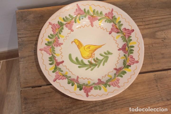 ANTIGUO PLATO PINTADO DECORADO A MANO, CERÁMICA FIRMADO LARIO. 24CM (Antigüedades - Porcelanas y Cerámicas - Lario)
