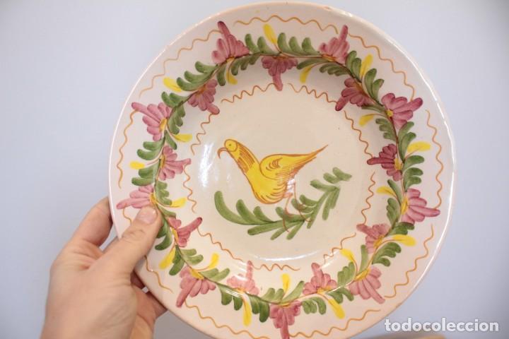 Antigüedades: Antiguo plato pintado decorado a mano, cerámica firmado Lario. 24cm - Foto 2 - 222124468