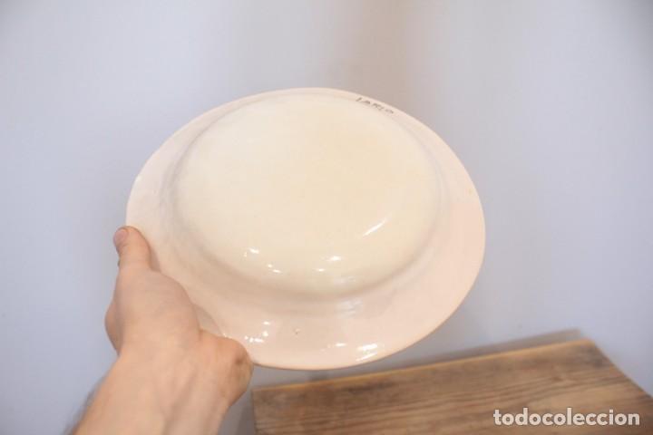 Antigüedades: Antiguo plato pintado decorado a mano, cerámica firmado Lario. 24cm - Foto 4 - 222124468