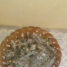 Antigüedades: CESTILLO CON GRAN CANTIDAD DE COLGANTS DE LAMPARA ,SON DE CRISTAL FACETADO Y LLEVAN SUS ENGANCHES .. Lote 222127658