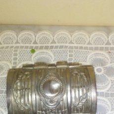 Antigüedades: JOYERO COFRECITO METAL REPUJADO ,INTERIOR FORRADO EN TERCIOPELO ,ES DE LOS AÑOS 50,MIDE 10X4X6 CENT. Lote 222142163