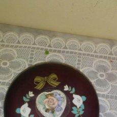 Antigüedades: CAJITA JOYERO DE MADERA CON RELIEVE DE FLORES Y FORRADO EN CRETONA ESTAMPADA,MIDE 12X5.. Lote 222142803