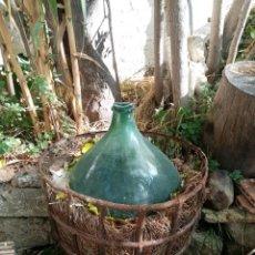 Antiquités: DAMAJUANA ENORME VIDRIO SOPLADO VERDE POSIBLE S XIX CON REJA METALICA. Lote 222144100
