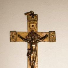 Antigüedades: ANTIGUO COLGANTE CRUCIFIJO, CRUZ EN HUESO O MARFIL Y CRISTO METAL DORADO 7 X 4 CM.. Lote 222151656