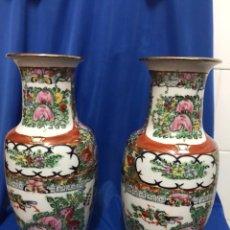 Antigüedades: 2 JARRONES DE PORCELANA CHINA DE MACAO, AÑOS 70, PINTADOS A MANO, ALTURA 26 CM. Lote 222241813