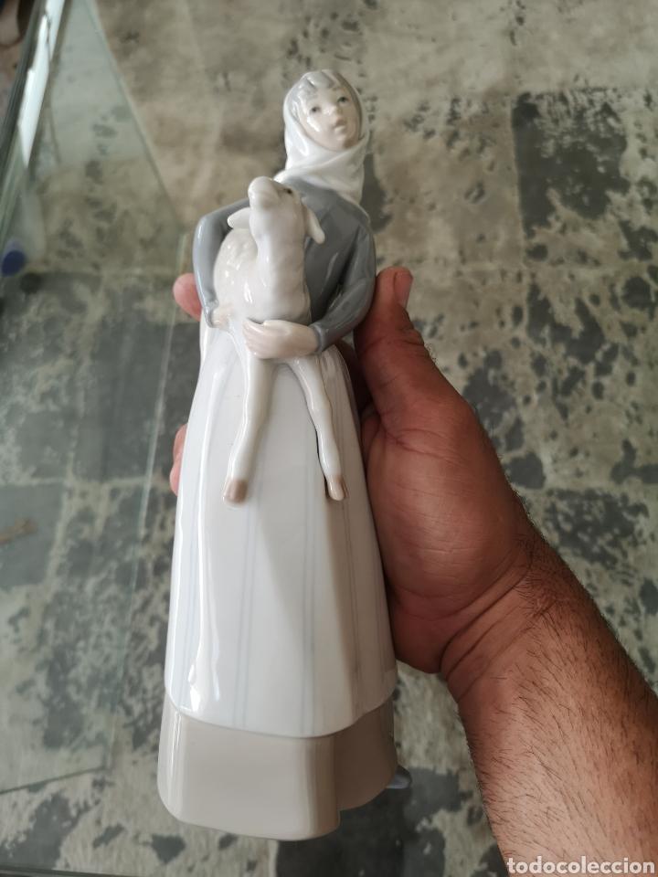 PRECIOSA ANTIGUA FIGURA DE PORCELANA LLADRÓ CAMPESINA CON CORDERO (Antigüedades - Porcelanas y Cerámicas - Lladró)