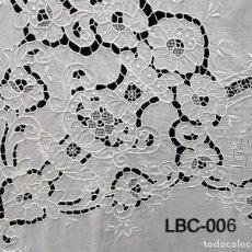 Antigüedades: MAGNIFICO CUBRECAMA BORDADA Y RECORTES.AÑOS 70 LINO BLANCO . 225 X 260 CM.NUEVO. Lote 222281341