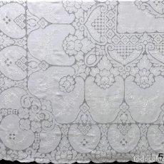 Antigüedades: MAGNIFICO CUBRECAMA BORDADA EN MOSAICOS.AÑOS 70 LINO BLANCO . 240 X 280 CM,NUEVO. Lote 222281968