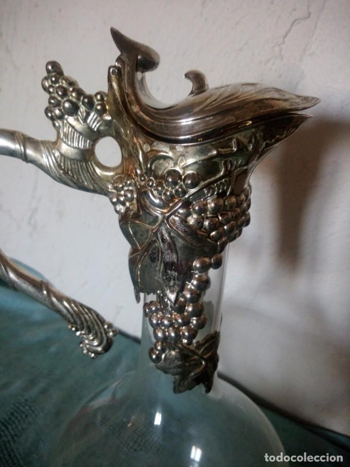 Antigüedades: Antigua licorera de cristal con tapón de metal bañado en plata. - Foto 4 - 222283461