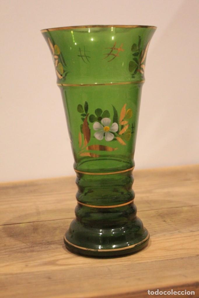 Antigüedades: Antiguo jarrón de cristal verde, pintado a mano, motivos florales y dorado, 21cm - Foto 2 - 222283613