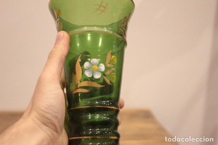 Antigüedades: Antiguo jarrón de cristal verde, pintado a mano, motivos florales y dorado, 21cm - Foto 4 - 222283613
