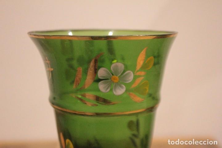 Antigüedades: Antiguo jarrón de cristal verde, pintado a mano, motivos florales y dorado, 21cm - Foto 6 - 222283613