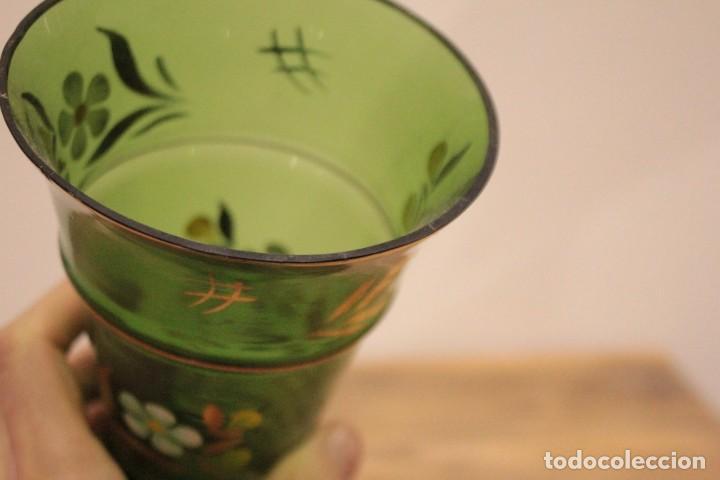 Antigüedades: Antiguo jarrón de cristal verde, pintado a mano, motivos florales y dorado, 21cm - Foto 7 - 222283613